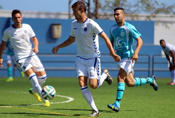 El jugador británico, en un partido de esta temporada con el Tenerife B. / MANOLO GUERRA