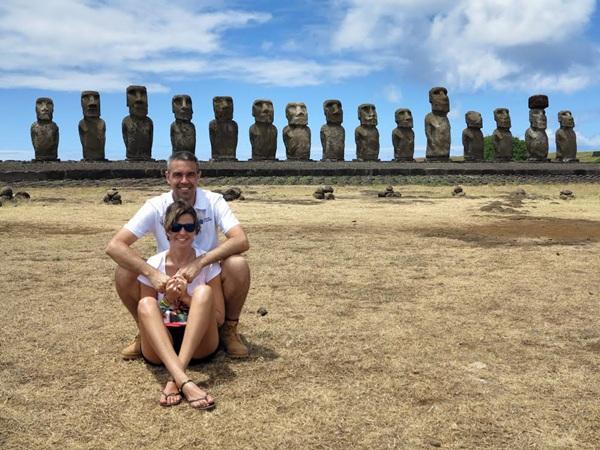 Yolanda AFonso y Marcos Barrera, disfrutando del viaje a su paso por la Isla de Pascua. / DA