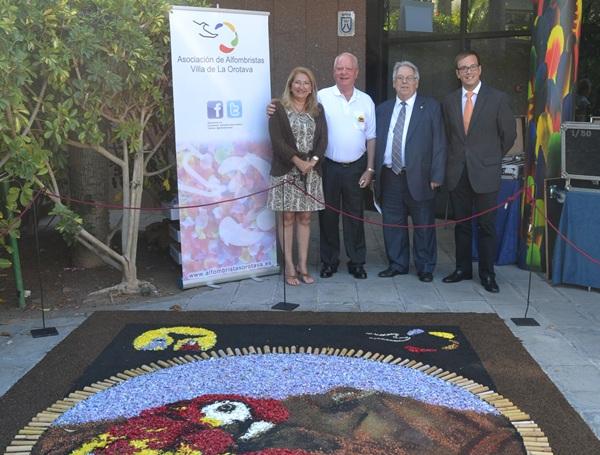 Los representantes de las instituciones, junto al tapiz de flores. / DA