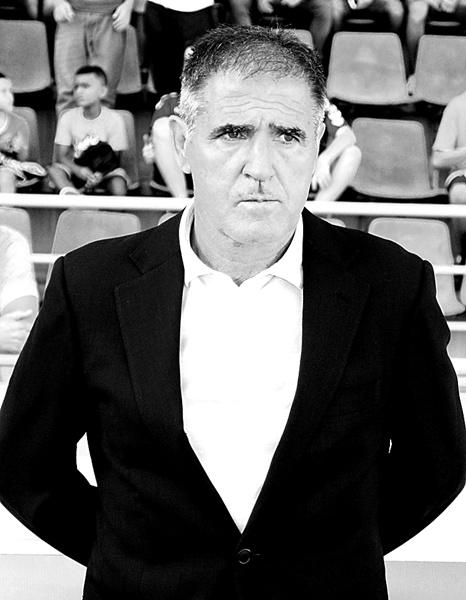 Paco Herrera, con gesto serio en su banquillo. / S. M.