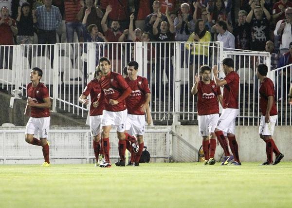El conjunto burgalés consiguió su primer triunfo de la temporada en Santander, frente al Racing. / J. R. GONZÁLEZ