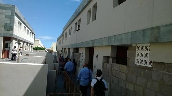 La comitiva de Izquierda Unida visitó la urbanización y departió con moradores de las viviendas. / NORCHI