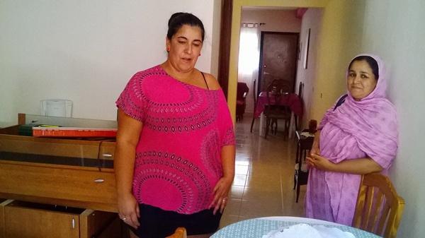 Dos mujeres muestran con orgullo las reformas que han realizado en las viviendas. / NORCHI