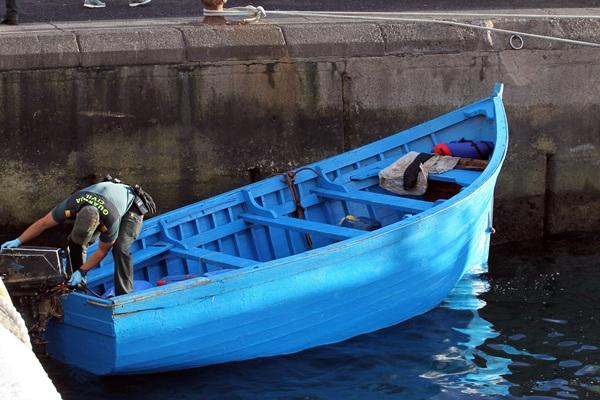 Imagen de la patera que arribó a Los Abrigos el pasado jueves. / GERARD ZENOU