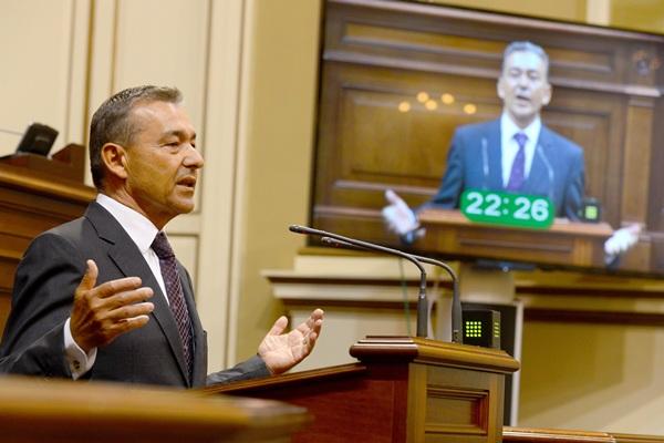 El presidente del Gobierno de Canarias, Paulino Rivero, ayer ante el pleno del Parlamento. / SERGIO MÉNDEZ