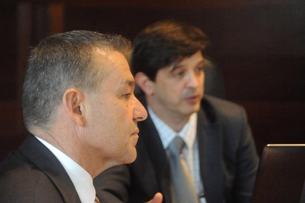 El presidente Paulino Rivero, junto al consejero de Economía y Hacienda, Javier González Ortiz. / DA
