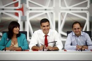 Pedro Sánchez, flanqueado por Micaela Navarro y César Luena. / EP