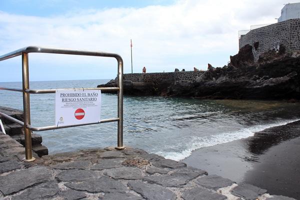La pequeña cala del litoral candelariero apareció ayer cerrada al baño, algo usual ya en el municipio. / DA