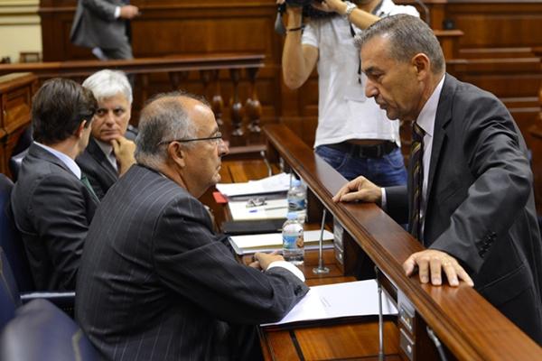 Paulino Rivero le hace otro encargo al consejero Francisco Hernández Spínola. / SERGIO MÉNDEZ
