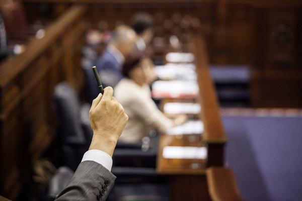 """Un diputado ofrece su disposición al diálogo: """"Firmo lo que sea con tal de continuar aquí"""". / ANDRÉS GUTIÉRREZ"""