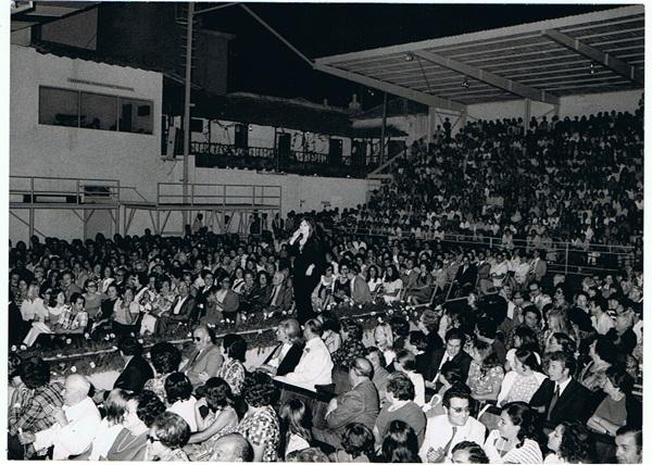 Fiestas de julio celebradas en el año 1973 en el Parque San Francisco, donde se puede ver la balconada. / DA