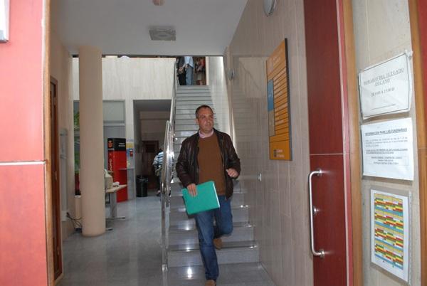 El edil del PP, a su salida del juzgado portuense en abril de 2013. / M.P.P.