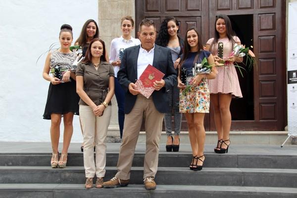José Miguel Rodríguez Fraga y Nayra Medina, junto a las seis reinas del municipio. / DA
