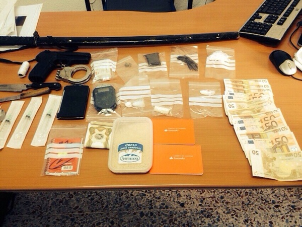 Imagen del arma, dinero, esposas, droga y efectos localizados donde tuvo lugar la reyerta. /  BOLORINOARMANI.COM