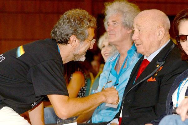 De izquierda a derecha, los astrofísicos Garik Israelian y Brian May, y el cosmonauta ruso Alexei Leonov. / SERGIO MÉNDEZ