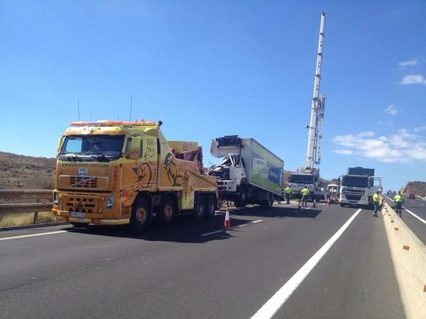 Retirada de los camiones siniestrados el lunes; véase lo estrecho del arcén. / DA