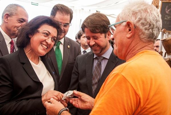 Fátima Marouan y Carlos Alonso dialogan con un artesano presente en la feria. / DA