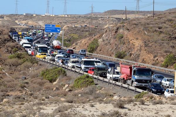 El accidente de los dos camiones del pasado lunes colapsó durante horas el tráfico. / SERGIO MÉNDEZ