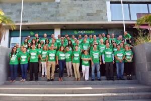 Los empleados del grupo posa con las camisetas solidarias. / DA