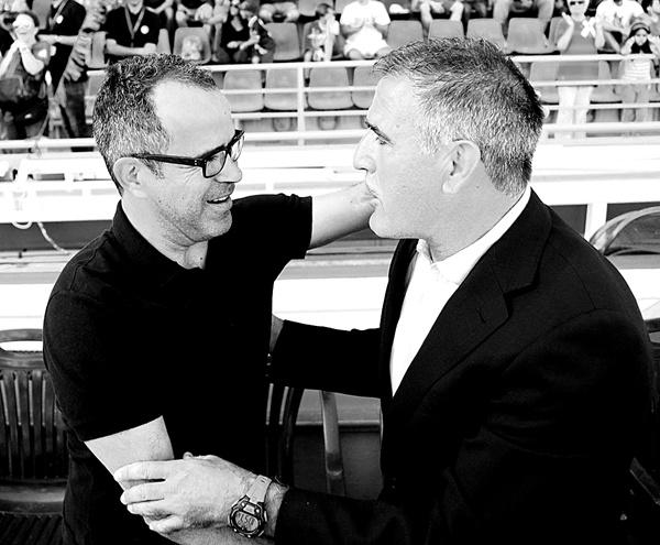 Antes de empezar el partido, los dos entrenadores se saludaron de manera cordial. / SERGIO MÉNDEZ