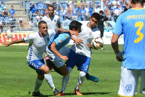 Vitolo y Dávila evitan que progresen un jugador de la UD; el de ayer fue un partido de batalla. / SERGIO MÉNDEZ