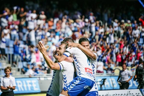 Varios jugadores del CD Tenerife celebran el primer gol. / ANDRÉS GUTIÉRREZ