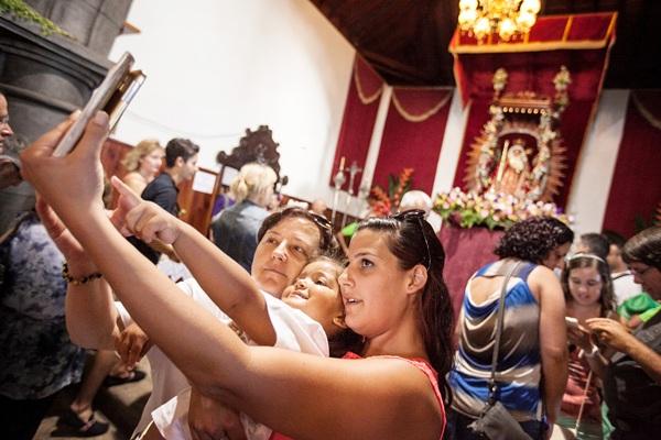 Tampoco faltó el selfie con la Virgen de fondo. / ANDRÉS GUTIÉRREZ