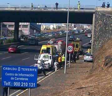 El vehículo se salió de la vía y se precipitó a la autopista. / DA