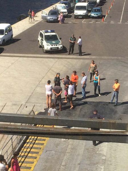 Una veintena de pasajeros forzados a quedarse en tierra boicotea durante una hora la salida del barco de Armas