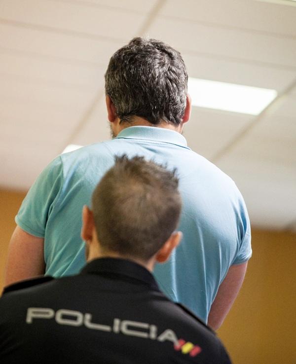 El acusado, de espaldas durante el juicio. / ANDRÉS GUTIÉRREZ