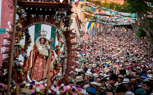A las siete de la mañana partió la Virgen desde San Pedro rodeada de miles de devotos camino de El Socorro. / ANDRÉS GUTIÉRREZ