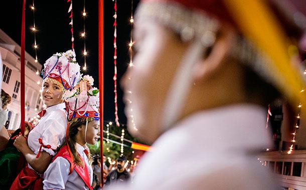 La tradicional danza de las cintas dio inicio a la Bajada una vez concluida la misa del obispo. / A.G.