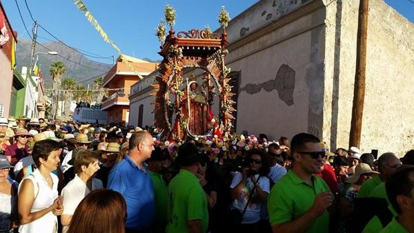Miles de vecinos acompañaron a la Virgen hasta el caserío de El Socorro. / CARMEN LUISA CASTRO DORTA