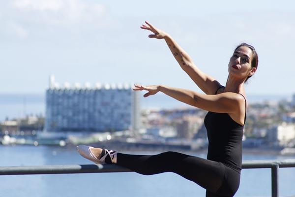 La bailarina posa en Punta del Hidalgo, donde ha emprendido un nuevo modelo de formación / Gustavo Schiaffarino
