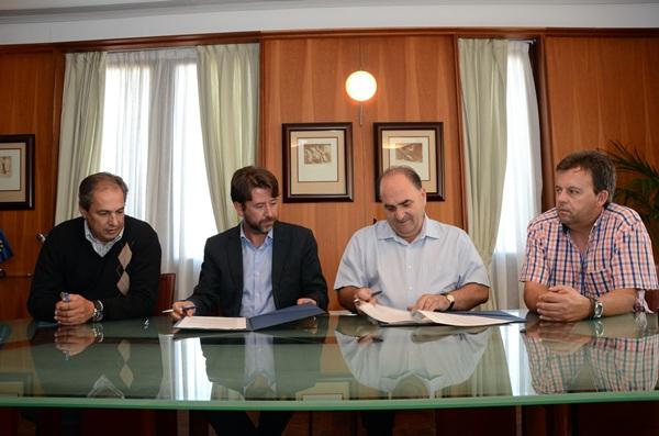 Delgado, Alonso, Armas, durante la firma de la cesión. / DA