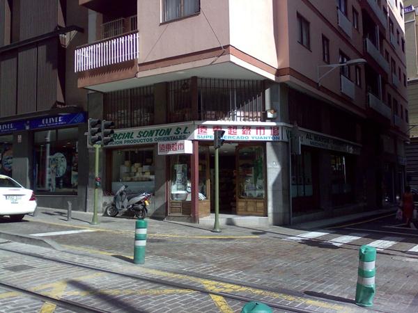 Imagen de uno de los muchos negocios de comercio chino que hay en la capital. / DA