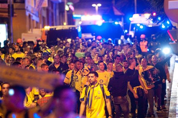 Seguidores amarillos se dirigen al Heliodoro en el derbi del pasado diciembre de 2013. / FRAN PALLERO