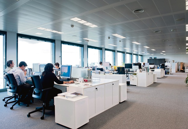 Espacio para gestiones administrativas y prestación de servicios de una multinacional con sede social en España. / DA