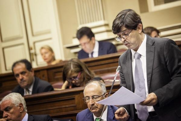 El consejero de Economía, Javier González Ortiz, durante su comparecencia en el Parlamento. / ANDRÉS GUTIÉRREZ
