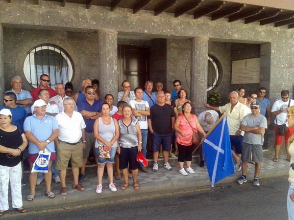 Los manifestantes se concentraron en la puerta del Ayuntamiento. / DA