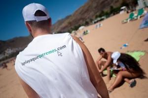 Los encuestadores recorren la playa. / F. P.