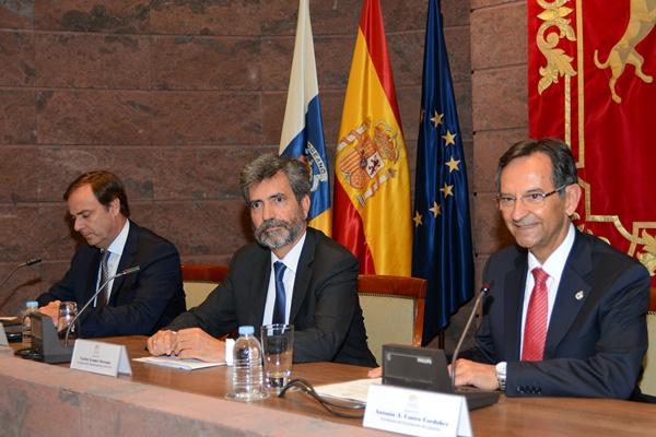 José Ramón Navarro, Carlos Lesmes y Antonio Castro, ayer en el Parlamento. / SERGIO MÉNDEZ
