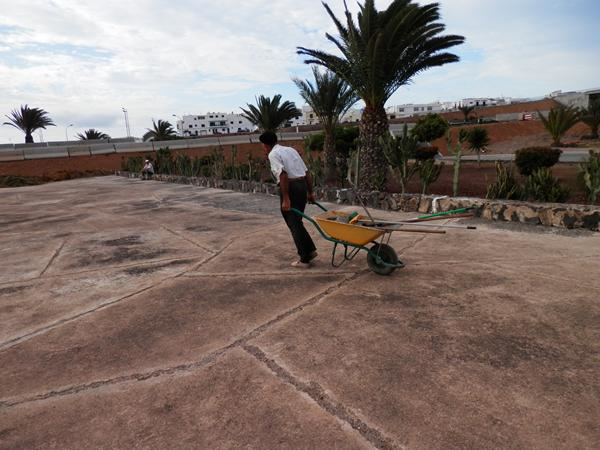 León Tejera limpiando la Mareta del Estado. / DA