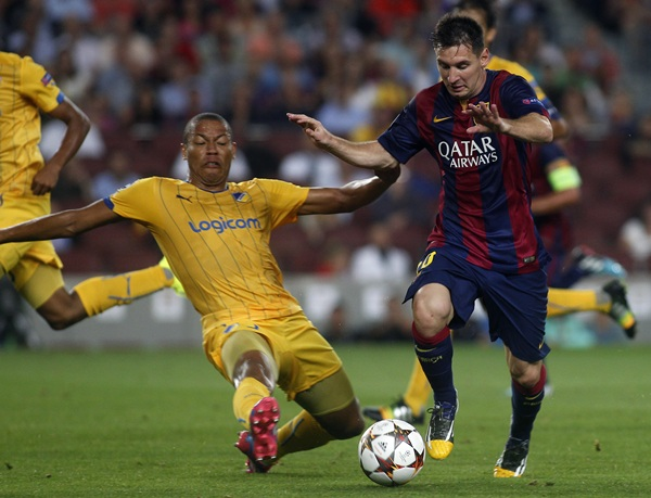 El jugador argentino Leo Messi trata de internarse en el área del Apoel de Nicosia. / francesc adelantado
