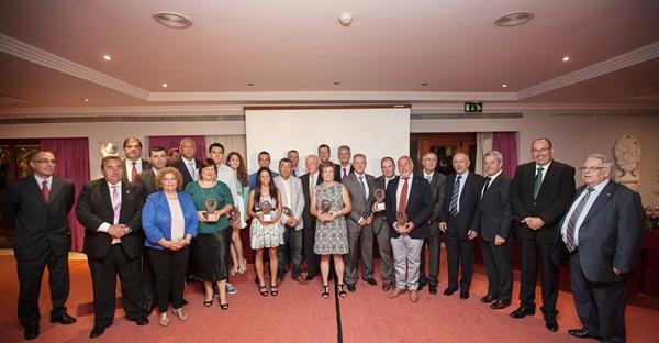 Los galardonados y las autoridades se hicieron la foto de familia tras finalizar el acto de entrega de los premios, celebrado en el Hotel Botánico de Puerto de la Cruz. / A.G.