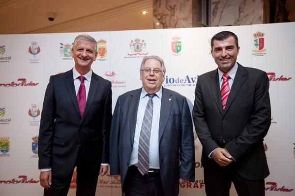 Bromas entre los tres alcaldes del Valle antes del acto. / A.G.