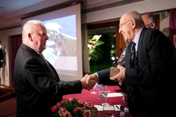 El presidente de Loro Parque, Wolfgang Kiessling, recibe el premio     especial de manos de Elías Bacallado./ A.G.