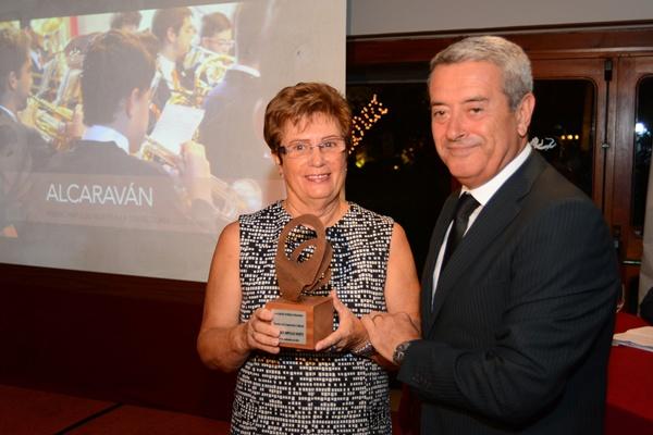 La presidenta de Alcaraván, junto a Aurelio Abreu. / S.M.