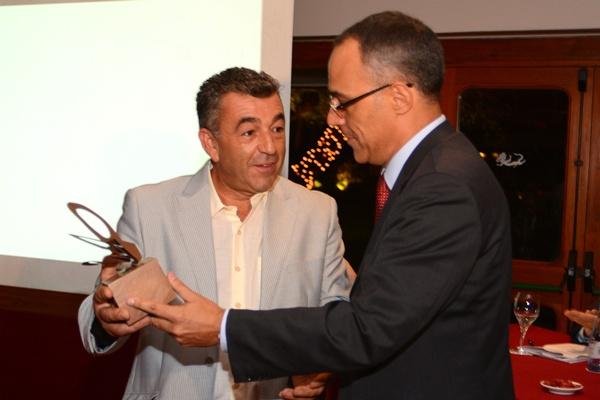 Agustín González da el premio a Manuel Páez (El Crusantero). / S.M.