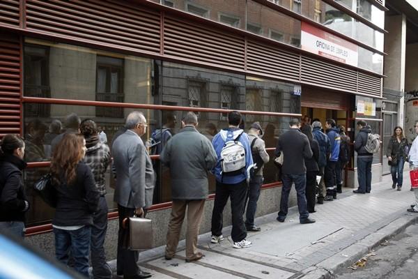 Cola de demandantes de empleo por fuera de una oficina del paro. / DA